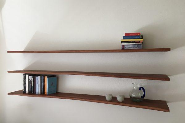 ranke zwevende boekenplanken van perenhout