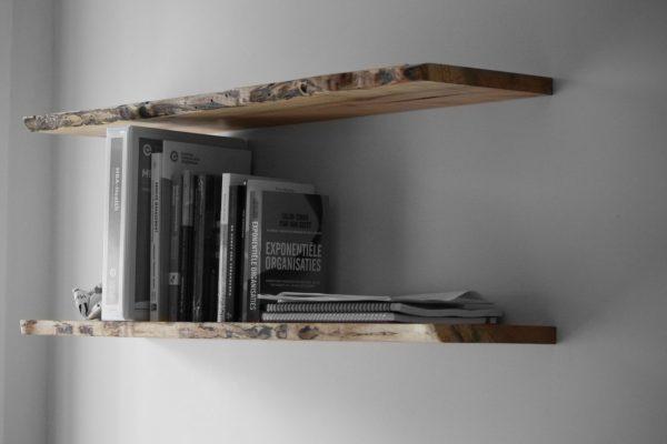 Zwevende-boekenplank-esdoorn-