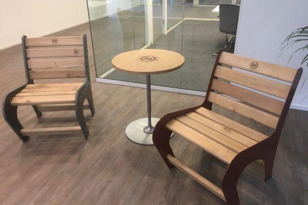 2 stoelen en een tafel