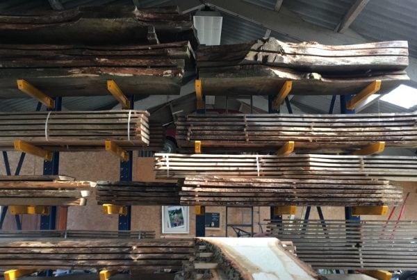 Kapschuur met hout