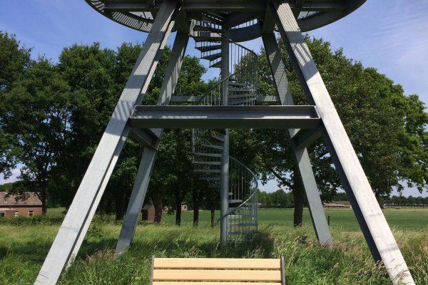 Hortus bankje met uitkijktoren van Oijen