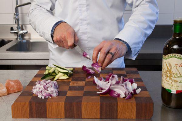 schaakbord met kok snijplank